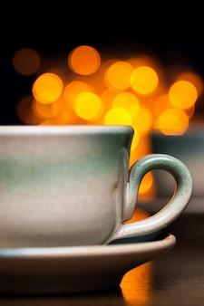 Dos tazas de cerámica sobre brillantes