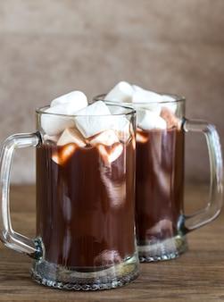 Dos tazas de chocolate caliente con malvaviscos