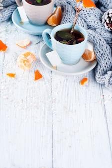 Dos tazas de té con bolsa de té y árbol de navidad