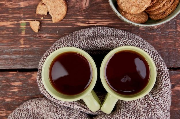 Dos tazas de té calientes, hojas de otoño