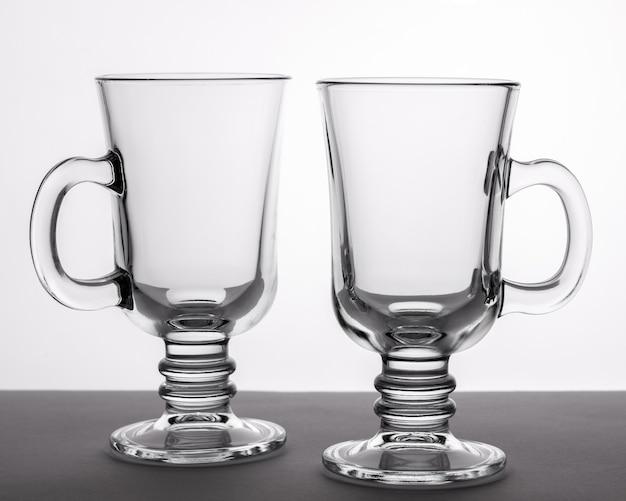 Dos tazas de vasos vacíos de cerca en colores blanco y negro