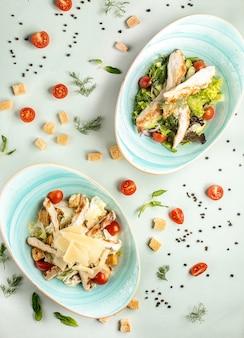 Dos tipos de ensalada césar sobre la mesa