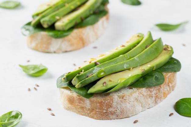 Dos tostadas ciabatta con aceite de oliva en rodajas de aguacate