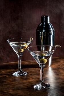 Dos vasos con bebidas