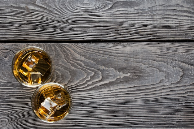 Dos vasos circulares de whisky con hielo
