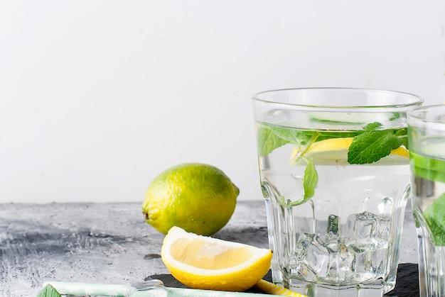 Dos vasos con desintoxicación de pepino orgánico fresco, limón y agua de menta