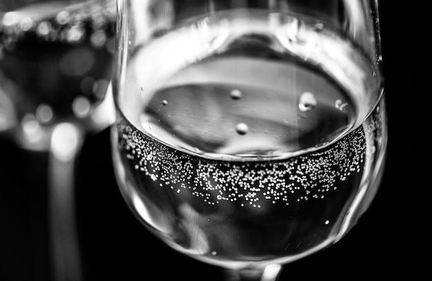 Dos vasos de fotografía macro de vino espumoso
