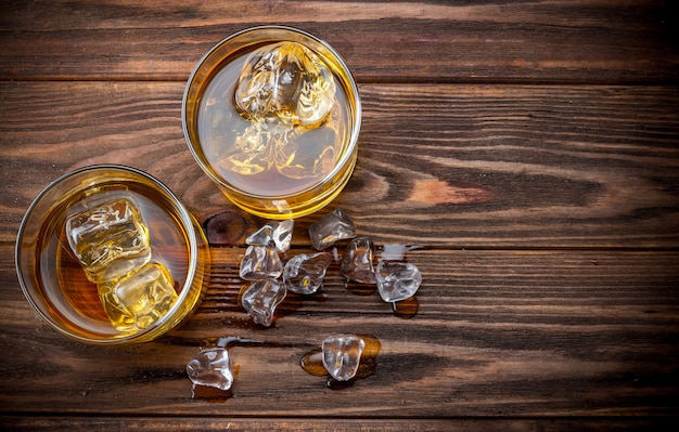 Dos vasos con hielo y whisky.