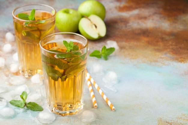 Dos vasos de jugo de manzana roja.
