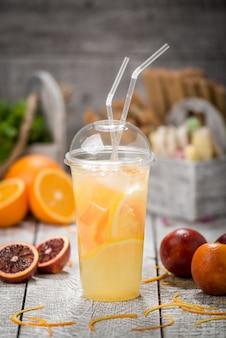 Dos vasos tarro de albañil de limonada casera