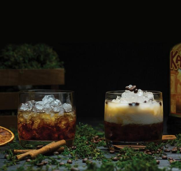 Dos vasos de whisky escocés fino con cubitos de hielo