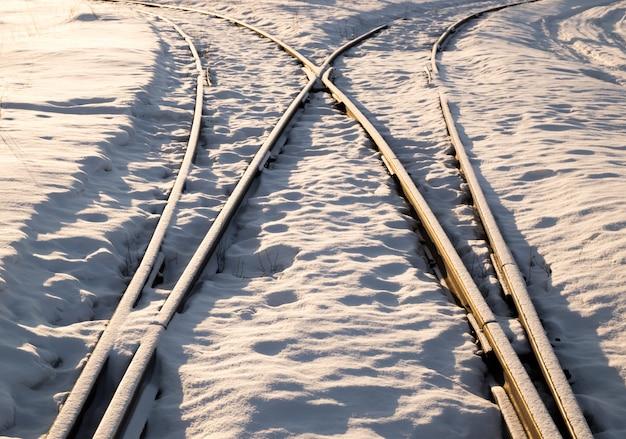 Dos vías de ferrocarril se fusionan