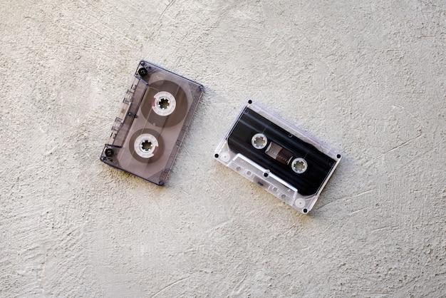 Dos viejos casetes de audio sobre un fondo concreto