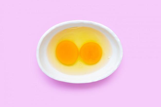 Dos yema de huevo y clara en un tazón