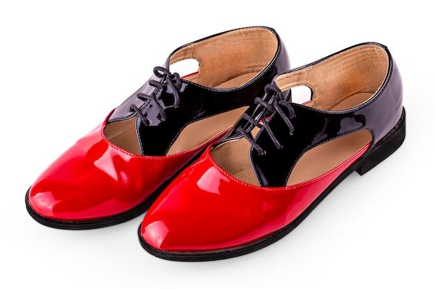 Los dos zapatos de baile flamenco aislado sobre fondo blanco.