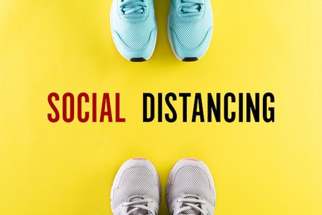 Dos zapatos y texto en inglés social distancing