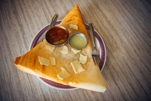 Dosa con chutney y sambar. plato indio de queso dosa.