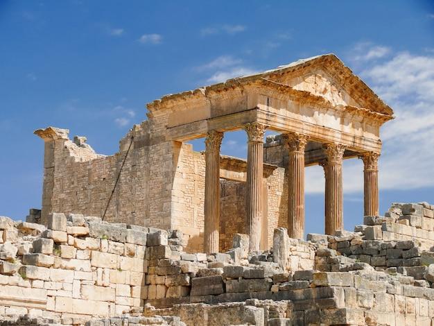 Dougga, ruinas romanas. patrimonio de la humanidad de la unesco en túnez.