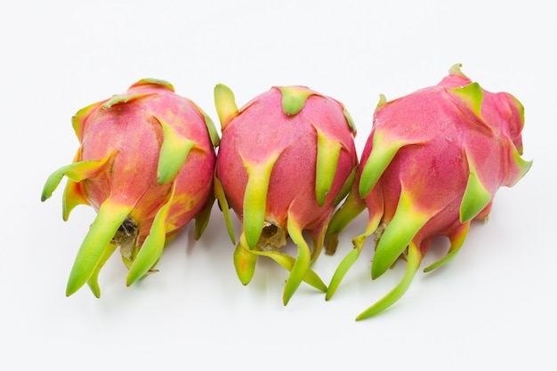 Dragon fruit aislado contra el fondo blanco.