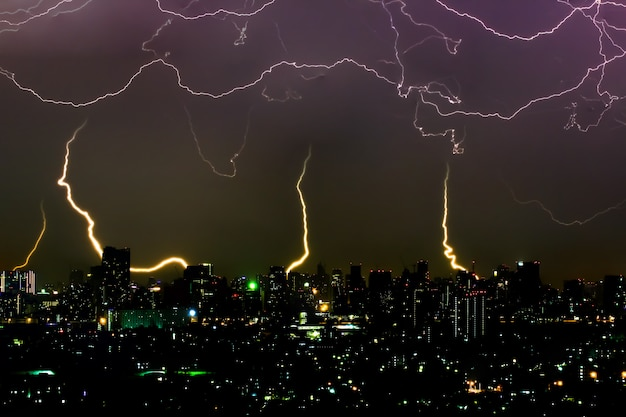Dramática tormenta de truenos en la noche en la ciudad