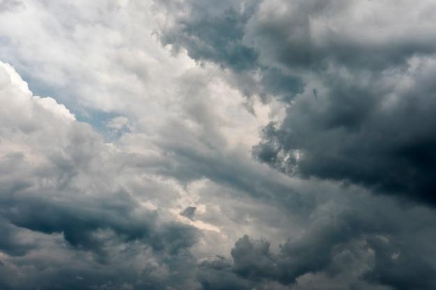 Dramáticas nubes grises de tormenta