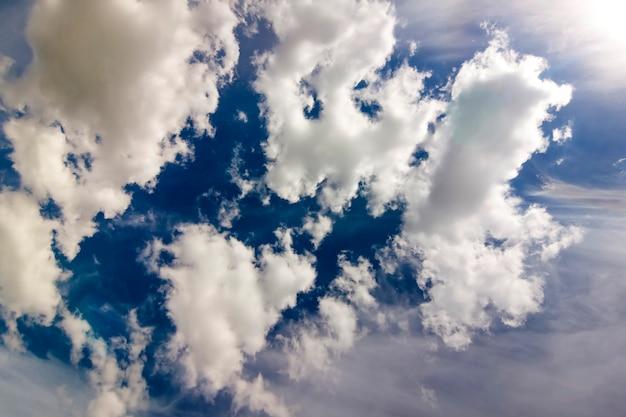 Dramático cielo azul con nubes blancas hinchadas en brillante claro soleado