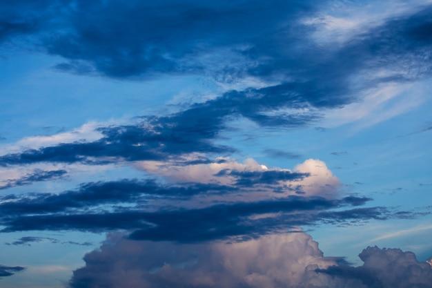 Dramático cielo oscuro antes de la tormenta al atardecer
