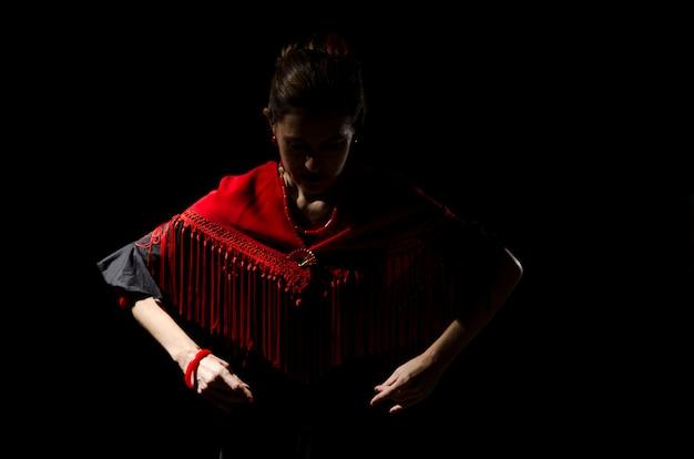 Dramático retrato de una bailarina de flamenco.