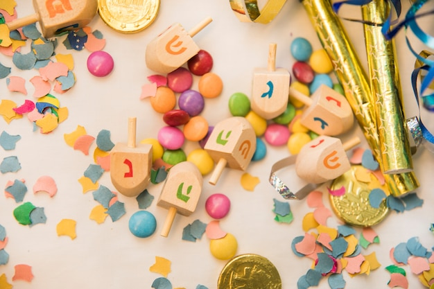 Dreidels sobre confeti y dulces.