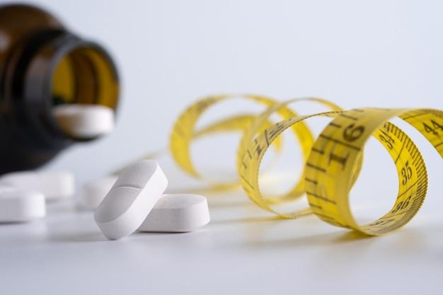 La droga pierde el concepto de peso la dieta es delgada comen las píldoras la asistencia sanitaria y la píldora médica