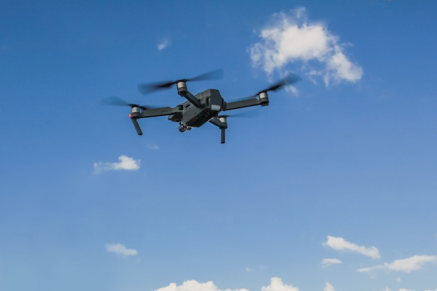Dron volando en el cielo