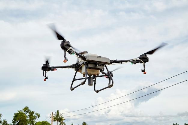Drone agrícola vuela a fertilizante rociado utilizando inteligencia artificial de drone ai, aprendizaje automático, gemelo digital, 5g, big data, iot, rality virtual mixto aumentado, ar, vr, robot