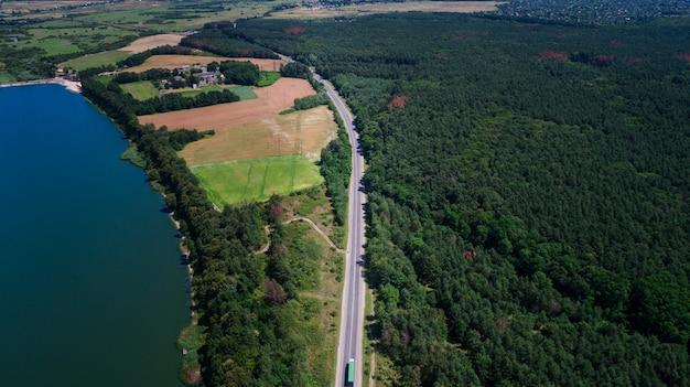 Drone con una cámara, hermoso río pequeño verano desde una altura