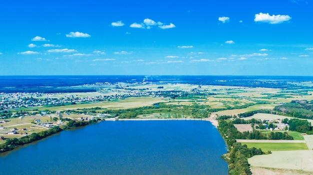 Drone con una cámara, hermoso verano pequeño río desde una altura