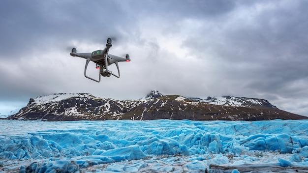 Drone con una cámara está volando sobre iceberg.