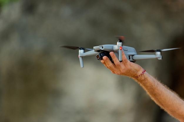 Drone despega de la mano