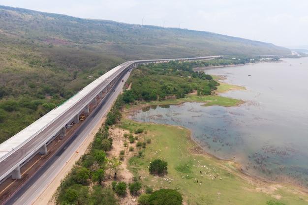 Drone disparó vista aérea del paisaje de los peajes de la autopista en construcción cerca del gran río natural