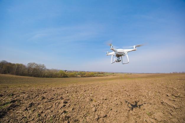 Drone quad copter en campo verde