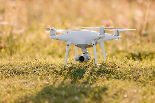 Drone quad helicóptero en campo verde