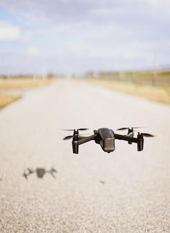 Drone quadcopter negro sobre un cielo nublado