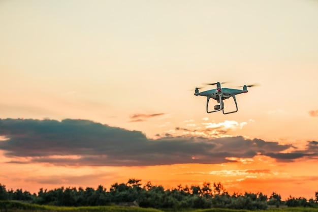 Drone quadcopter en vuelo sobre fondo de cielo