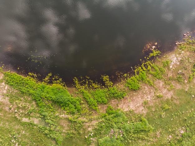 Drone shot vista aérea superior paisaje escénico un gran río con árbol verde fresco y playa