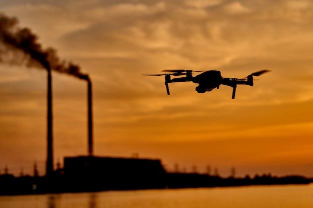 Drone silueta contra el fondo de la puesta del sol