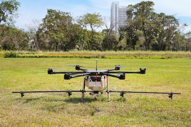 Drone sobre hierba verde para rociar agua del aire