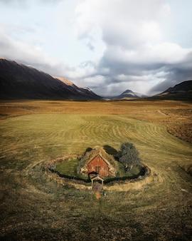 Drone vista de la iglesia grafarkirkja, islandia