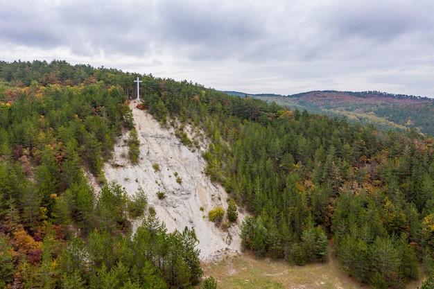 Drone vista del mirador de la cruz de luz en la cima de la montaña csandor en vonyarcvashegy, hungría