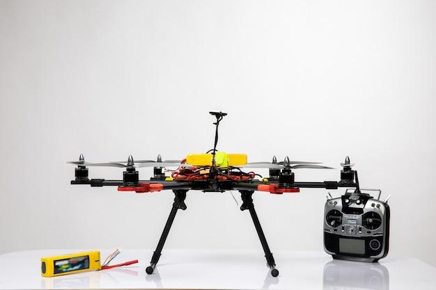 Drone volador y joystick plateado para ello
