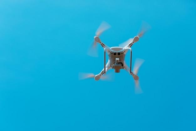 Drone volando sobre el cielo azul