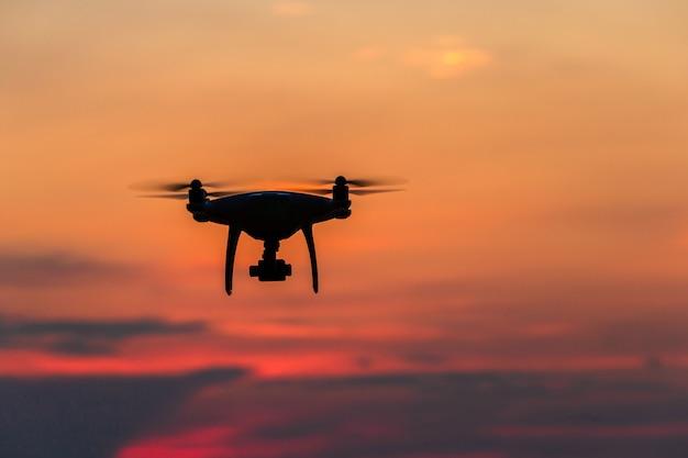 Drone volando sobre el océano al atardecer