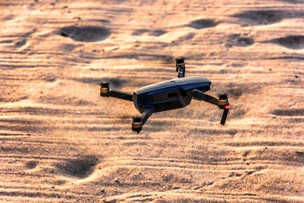 Drone volando sobre la playa de san con salida del sol.
